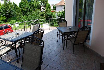 Flora Luxury House Garden Terasa cu vedere la Gradina, spatiu verde, curte, zona de relaxare