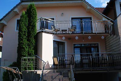 Flora Luxury House Garden Terasa cu vedere la Gradina, spatiu verde, curte, zona de relaxare 2_opt