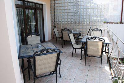 Flora Luxury House Garden Terasa cu vedere la Gradina, spatiu verde, curte, zona de relaxare_opt